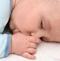 Защо детето си смуче пръста?