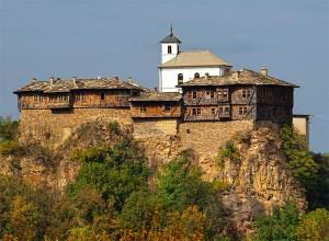 Намира се на висока каменна тераса, разделена с околната среда, чрез стръмни и отвесни стени.